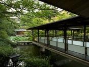 〈庭園 回廊と茶室〉松泉湖に架けられたエントランスへと続く回廊