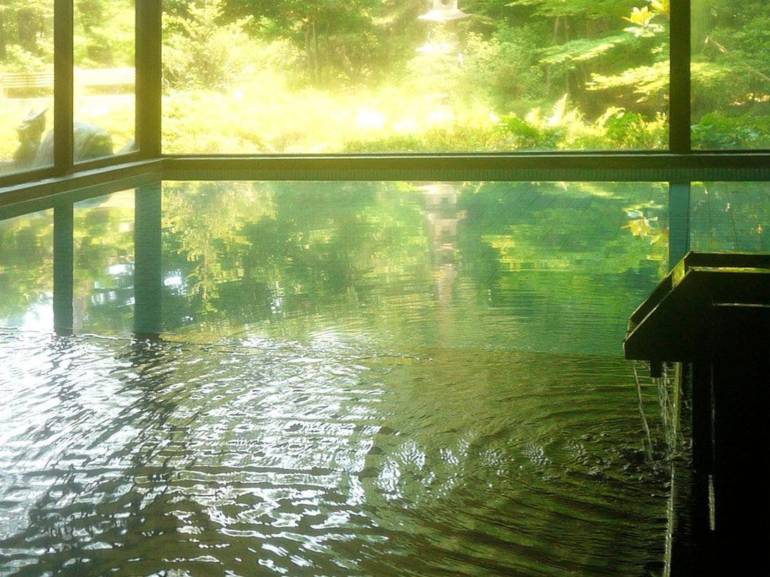 【大浴場】歴史を刻む安土桃山庭園に面した大浴場です。循環加温をした熱め40度の大浴槽とぬるめの源泉温度(36.5度)そのままの掛け流しの源泉風呂があり、交互に入ることで長くお風呂にお入り頂けます。