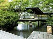 〈庭園 松泉湖 桟橋(鳥ライト)と回廊〉松泉湖に架かる桟橋で散策お楽しみ下さい。野鳥の姿を見ることができます