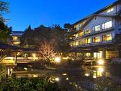 庭園の中心にある松泉湖のまわりには木々が植えられており、四季と共に表情をかえて皆様をお迎えいたします。