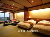 間接照明がまるで心まで包み込むような空間を作ります。ゆったりサイズの檜の露天風呂を備え、2~6名様までご利用可能です。8畳(ベッドルーム)+10畳(リビングルーム