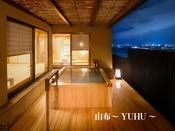 特別室の中では洗い場を一番広く設計しております。人気の檜風呂で2名様でもご利用いただけます。