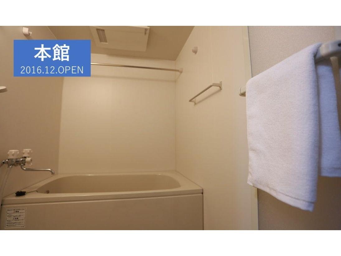 【バスルーム】大きな浴槽でお寛ぎ下さい。
