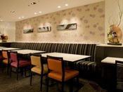 朝食ラウンジでは和洋食バイキングをご用意。グループ・ファミリーのお客様にピッタリなテーブル席の他、お一人で気軽にご利用いただけるカウンター席もございます。