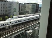 新幹線側の客室からはホテルすぐ横を行き交う新幹線がご覧いただけます。