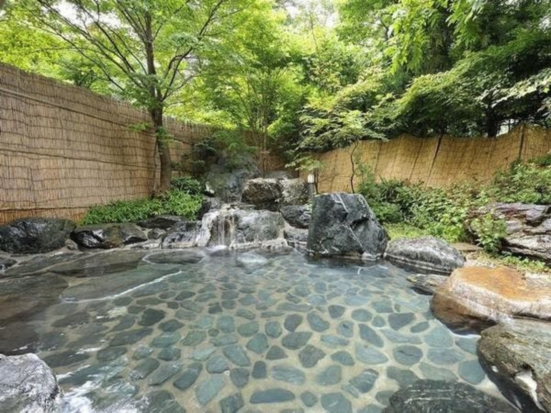 自家源泉掛け流しの露天風呂です。豊富な湯量で温泉をお楽しみいただけます。