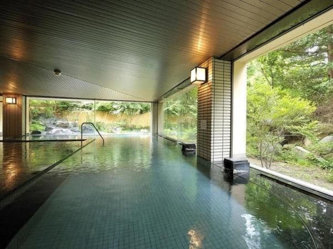 広々とした開放感ある大浴場です。ご利用時間 15:00~翌日10:00まで深夜 0:00~1:00まで清掃となります。