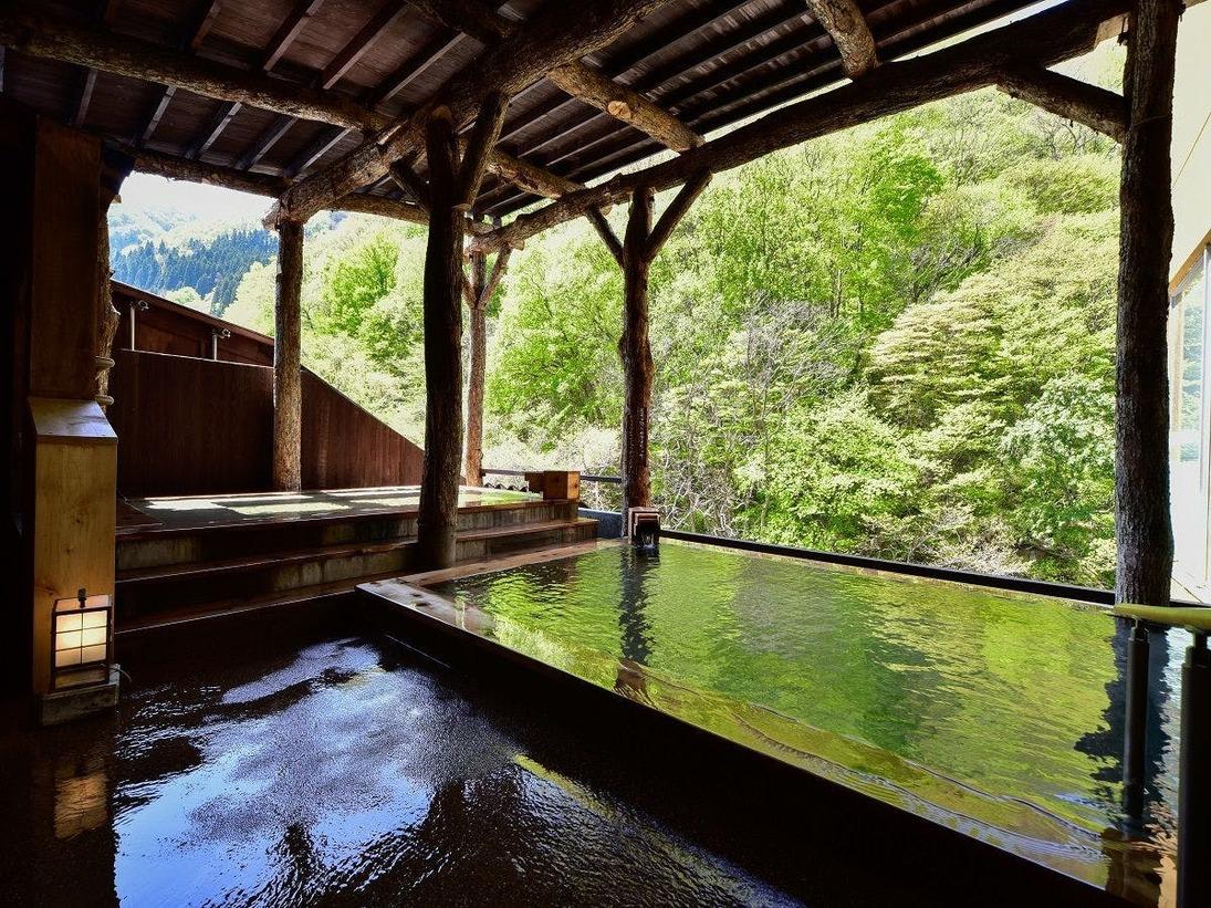 15年12月にリニューアルした「女子露天風呂」。目の前の自然庭園と渓谷美を一望できる露天風呂は好評です。