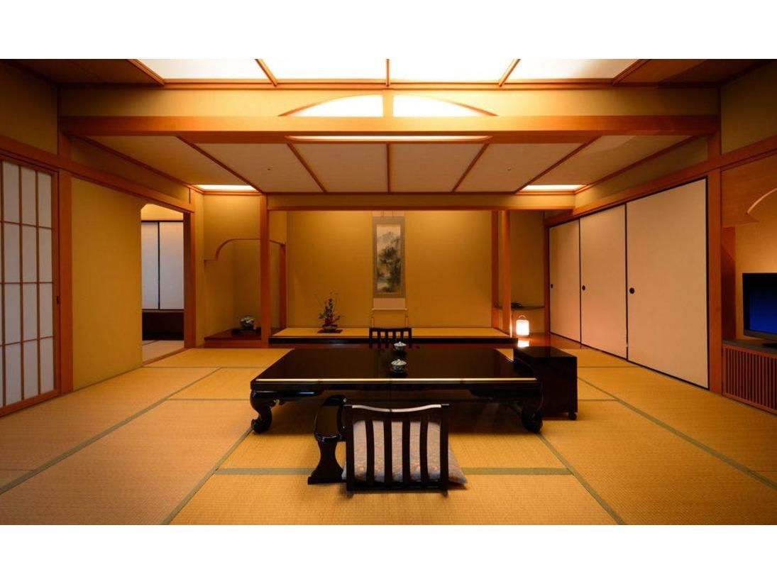 【露天風呂付き特別室824号室】愛隣館で一番グレードの高いお部屋です。 広い客室二間に応接室を備えた、露天風呂付きの特別室となります。※このお部屋は1部屋限定となります。