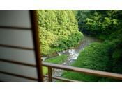 【花かんむり 10畳(禁煙)】このお部屋は景色が特別です。季節毎に表情をみせる山々と森、そして眼下に流れ行く豊沢川に心癒されます。