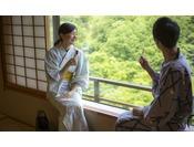 【花かんむり 二間】お部屋が2つある広々としたお部屋です。 窓からの景色も最高で、特別な日のご旅行や三世代旅行、グループ旅行におすすめです。