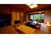 【花かんむり 14畳】このお部屋は景色が楽しめるお部屋です。「庭園と山々が望めてとても寛げました。」とご好評いただいております。