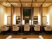 パウダールーム/ブースタイプの高級感溢れるパウダーコーナーで優雅に化粧直しいただけます。