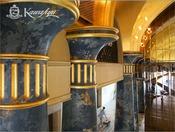 ロビー/金色天井を支える青い柱は一本一億円と言われています。