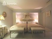 【ロイヤルスイート】清潔感のある白を基調としたベッドルームは安らぎの眠りへと誘います。