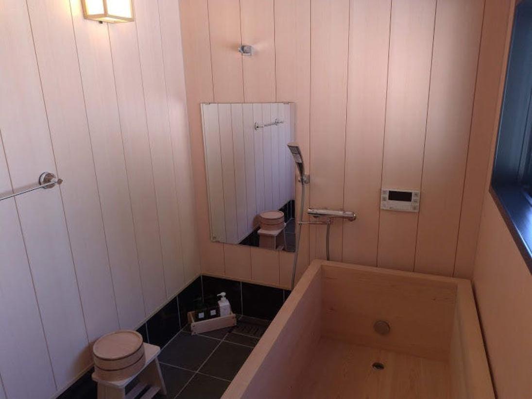 特大サイズの檜風呂です。子供なら3~4人同時で浴槽に入れるサイズです。