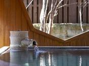 湯畑源泉を引く露天風呂をお愉しみください。