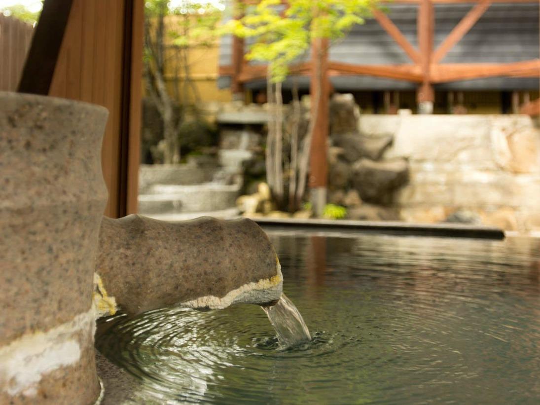 草津湯畑の源泉を引く露天風呂で、日頃の疲れをゆっくりと癒してください。