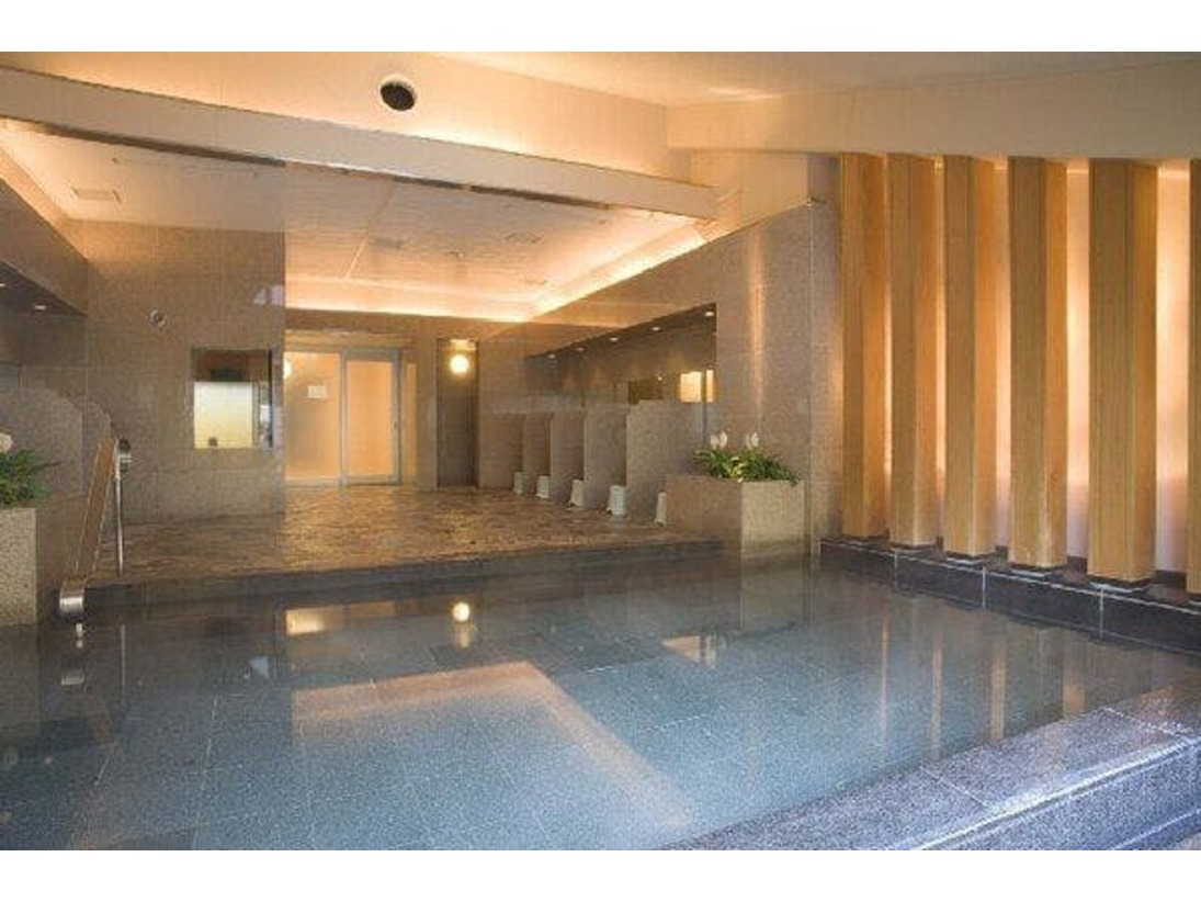 男女別角閃石大浴場。中に70度サウナがございます。貴重品ボックス付。営業時間15:00~24:00、06:00~9:00