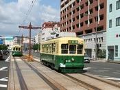 長崎の市内を走る電車。観光地を回るのに便利!
