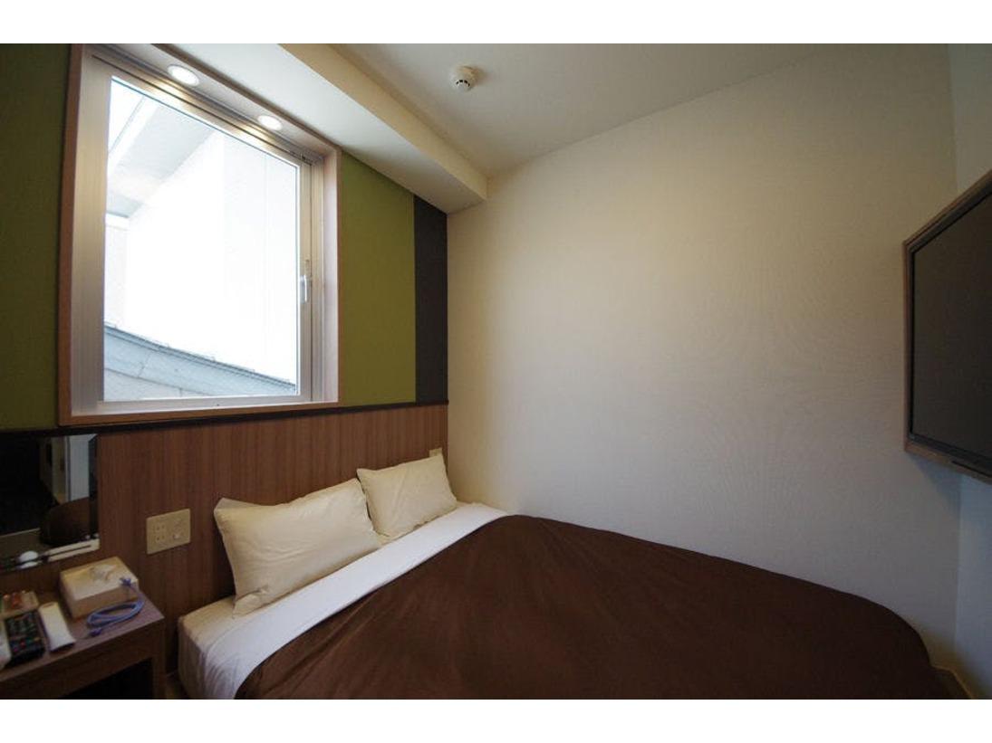 お部屋の広さは12平米です。床は畳仕様の和洋室のお部屋です。140センチのダブルベッドを用意しております。