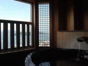 最上階客室の陶器風呂眺める穏やかな海