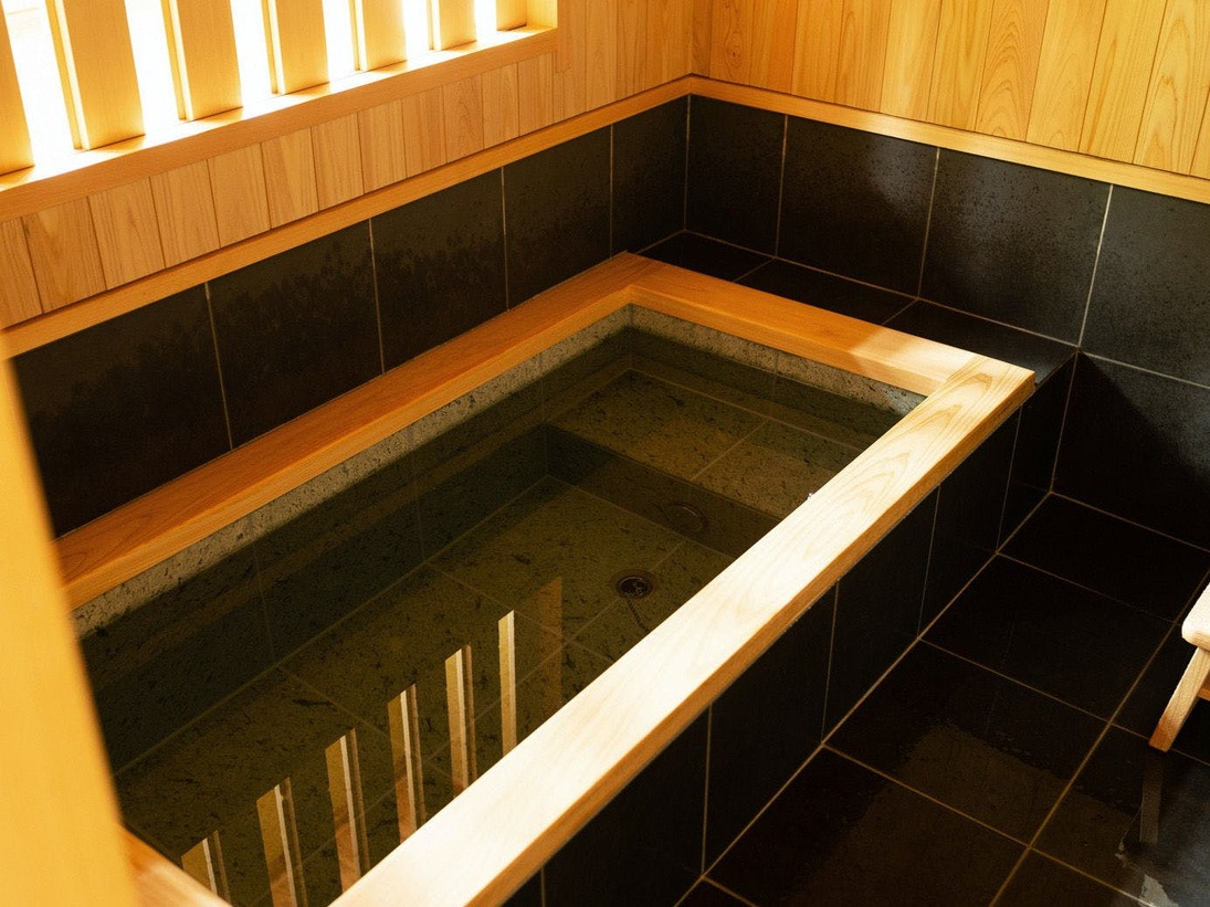 客室内に温かい雰囲気のお風呂もございます