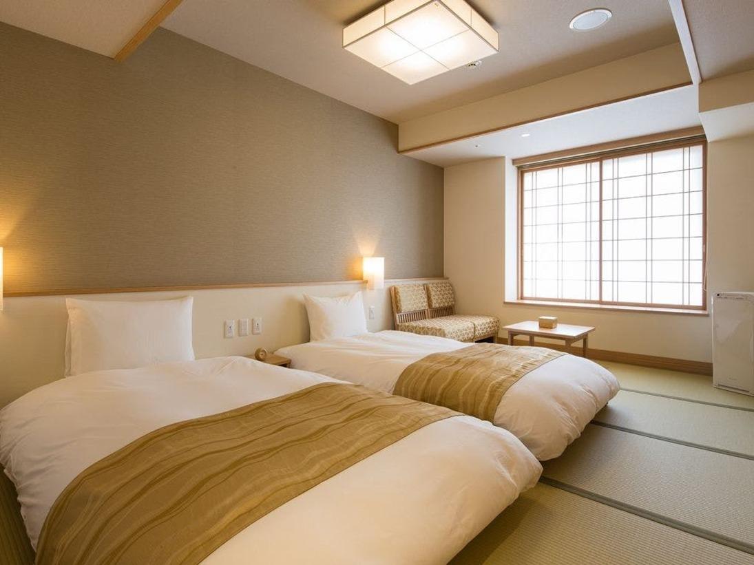 ツイン:畳の上に和ベッドを配し、和の温もりと洋の快適さを兼ね備えたお部屋は、コンパクトながらも家具や間取りに工夫を凝らし、居心地の良さと機能性にこだわりました。