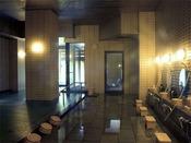 〈大浴場「八千代の湯」(女湯)〉歴史を刻む安土桃山庭園に面した大浴場です。源泉をそのままの温度(36.5℃)でお入りいただける浴槽もございます。