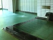 〈大浴場 交互浴〉大浴場にある36.5 度の源泉の浴槽と、隣にある40 度の大浴槽へ交互に入っていただくのが当館おすすめの入浴法。交互に入る事で血行がよくなり、体の芯から温まり、疲労回復にも効果的です。