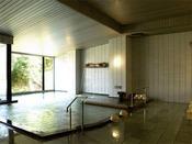 〈大浴場「瑞泉の湯」(男湯)〉歴史を刻む安土桃山庭園に面した大浴場です。源泉をそのままの温度(36.5℃)でお入りいただける浴槽もございます。