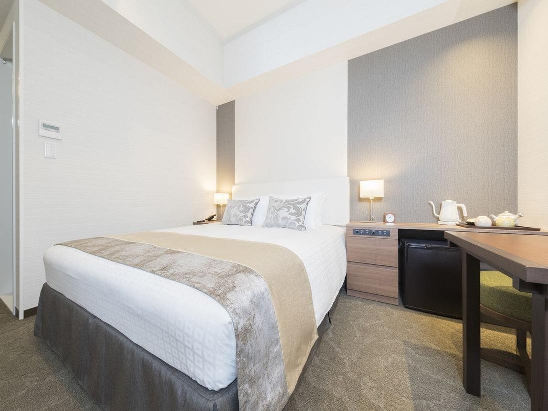 【ダブルルーム】ベッド幅164cmでお二人でもゆったりとお泊りいただけます。