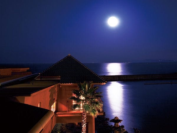 水面に輝く「月の道」