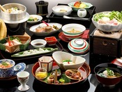 〈金澤懐石 一例〉日本海、白山麓、加賀平野など地元の新鮮な旬の食材をふんだんに使う自慢の懐石料理が、本館の基本のお料理です。留にお出しする釜飯は、名物料理になっております。※釜飯は季節によって炊き込みご飯になる場合がございます。