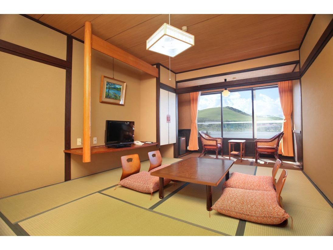 【本館和室】和室8畳白樺湖側で当館おすすめの一番ご予約の多いお部屋です。トイレ、冷蔵庫、冷暖房完備