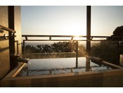 客室露天風呂からの朝陽