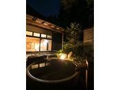 夜の露天風呂。ゆっくりと浸かって癒されてください。