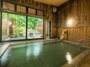 日光の杉並木をイメージさせる内風呂