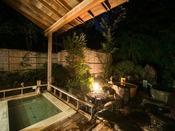 趣のある露天風呂。自家源泉のやさしいお湯をお楽しみ下さい。