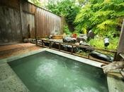 自家源泉の露天風呂。優しい高アルカリ性のお湯に癒されます。