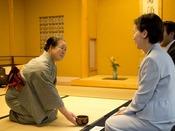■新館鳳凰のおもてなし■お抹茶のサービス ご来館時にお庭の茶室「無量庵」にて