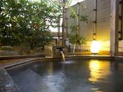 〈露天家族風呂・鳳凰〉当館最上階にあり白山を展望できる八角形をした大理石の露天風呂で貸切専用です。内風呂が付いております。1回のご利用時間は50分間です。
