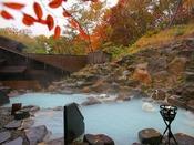 ■秋景色の露天風呂/開放感の溢れる露天風呂で、蔵王の紅葉をお楽しみください。