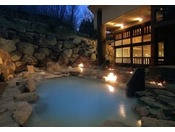 ■八右衛門の湯【露天風呂(夜イメージ)】開放感のあふれる露天風呂