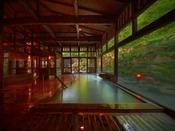 ■八右衛門の湯【内湯】間接照明と木造りが織りなす雰囲気は格別