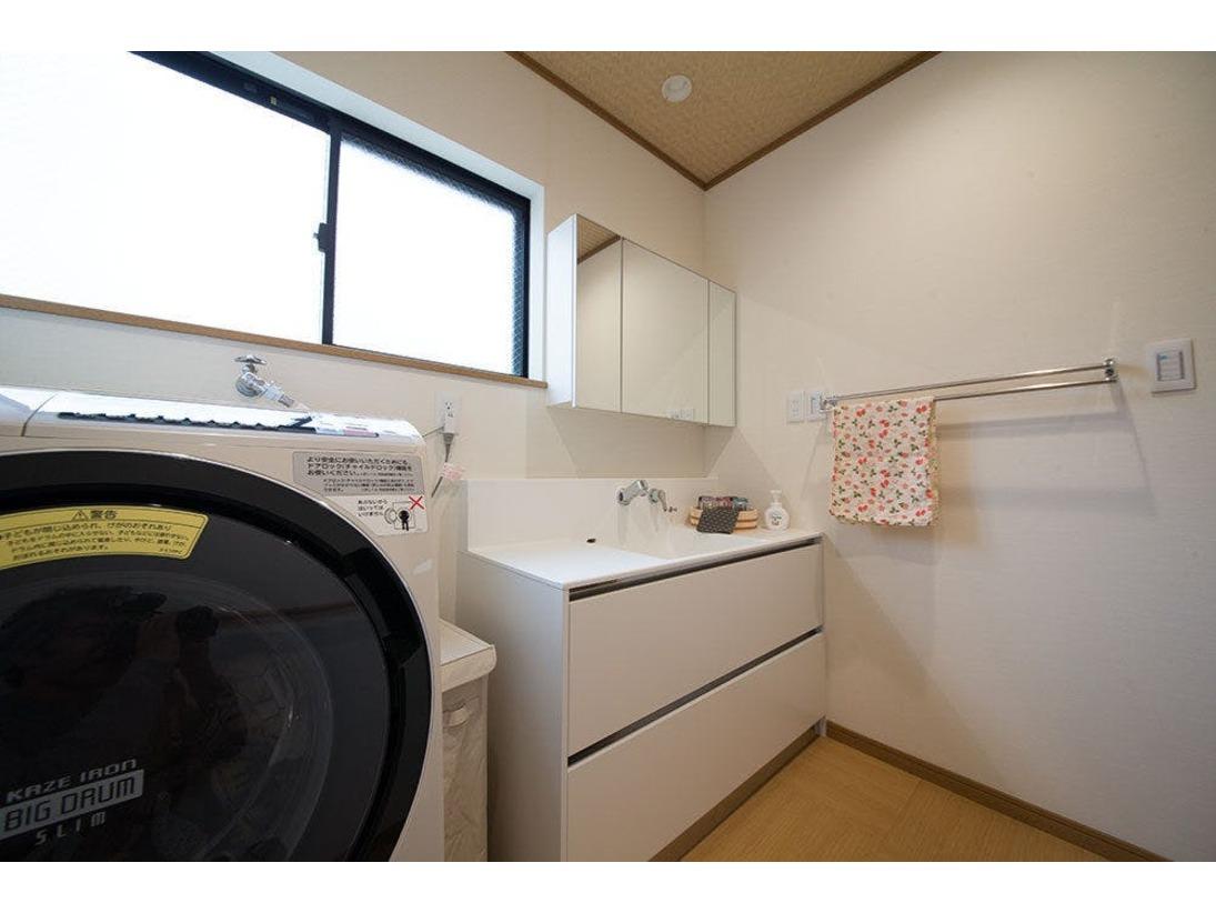 脱衣、洗面所です。ドラム式洗濯乾燥機もございますので、ご旅行中に洗濯ものも済ませます。