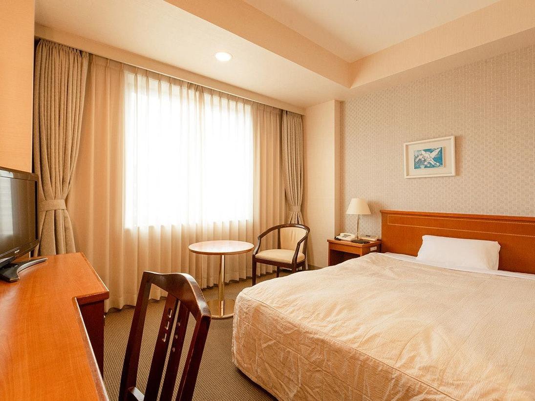 シングルルーム■幅140センチのベッドで、ゆっくりお休みいただけます。Wi-Fi・有線LAN接続無料です!