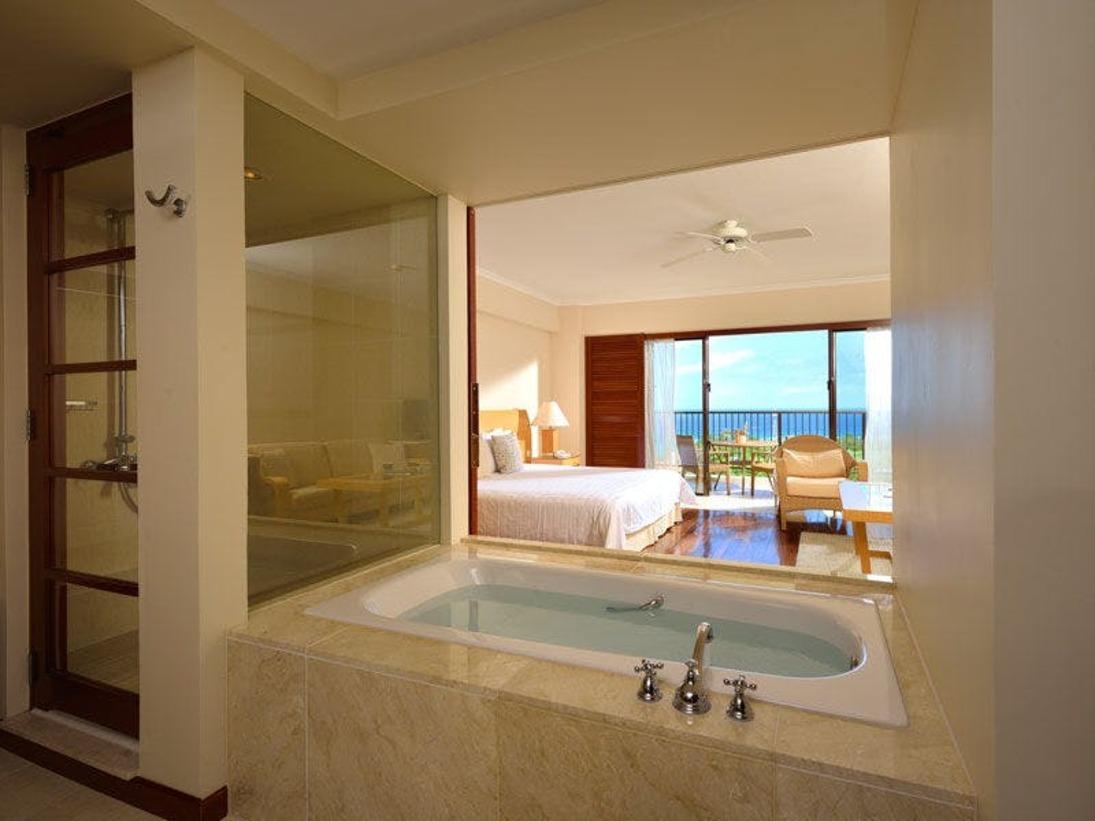 【クラブデラックス】バスルームのスライドドアを大きく開けば、バスタブからベッド越しに夕景が望めるデラックスルームです。