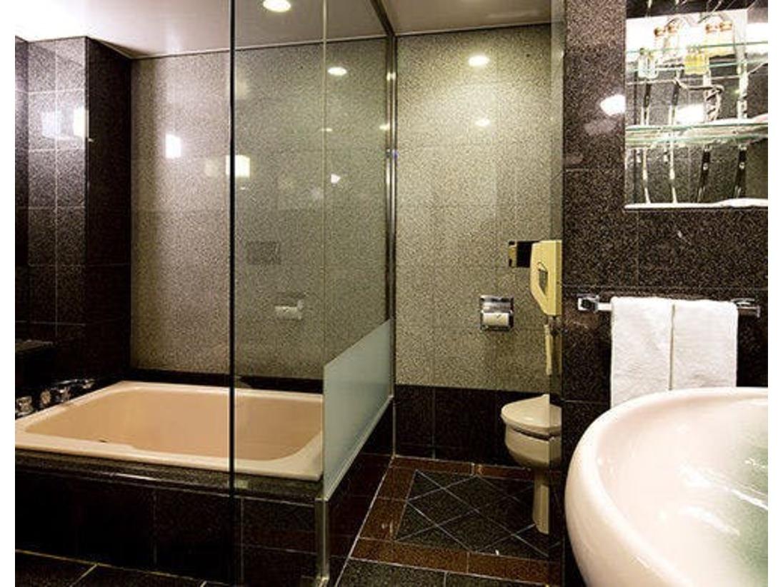和室バスルームはシャワー付きの洗い場を設けた和タイプ。御影石を贅沢に使用しています。