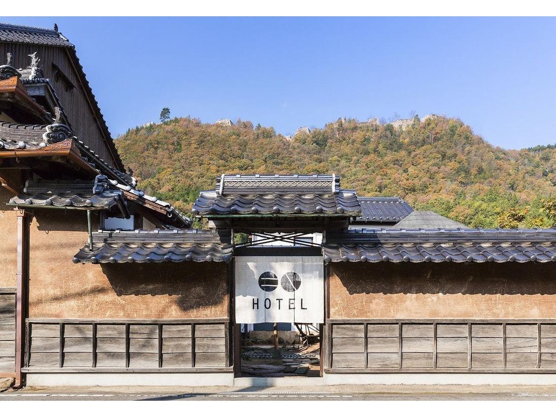 「天空の城」と呼ばれる竹田城跡。その麓にある城下町をゆるやかにひとつのホテルと見立てました。フロントでチェックインを済ませたら、それぞれの客室へご案内いたします。